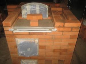 Установка дверцы хлебной камеры, продолжение кладки первого яруса, 016